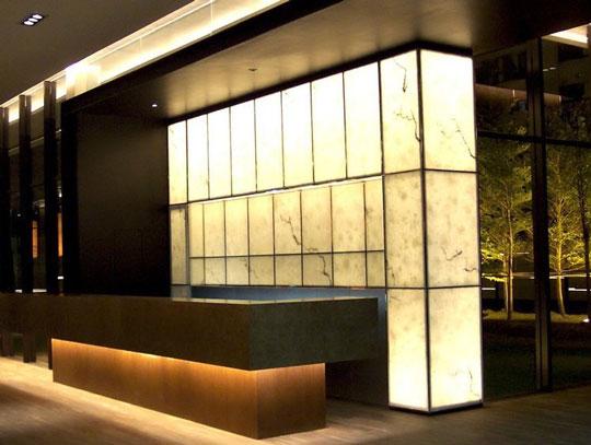 店舗やパブリックスペースなどあらゆる空間の装飾にぴったり!照明ライトでより幻想的で美しい空間を演出する「デコレーションストーンパネル」