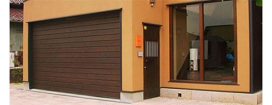 シンプルな電動木製ガレージドア「ウッデイ」ソリッドタイプ