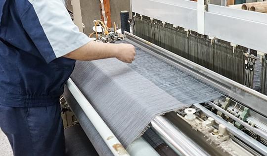 """九十余年の技術で人と人の想いを織り上げる""""織物壁紙"""""""
