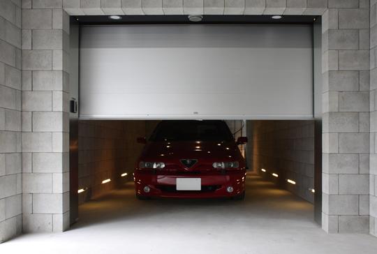 フラットアルミの光沢ある質感で見る人を魅了するガレージドア
