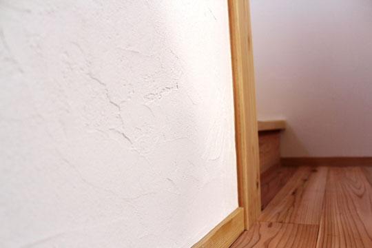 """ホタテの貝殻をリサイクル利用した吸湿性の高い内装材""""貝てき漆くい"""""""