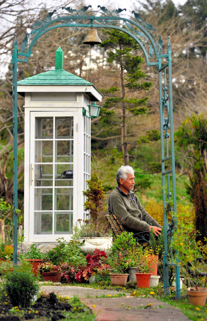 【故人を思う空間、末永く。】風の電話ボックスを新調しました。