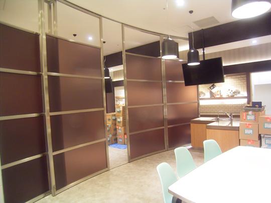 スクリーンタイプスライディングウォール最新施工実績横浜「マークイズみなとみらい」東京ガスショールーム 製品紹介