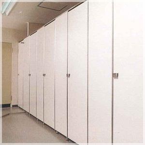 クリーン&シンプルなデザインのトイレブース