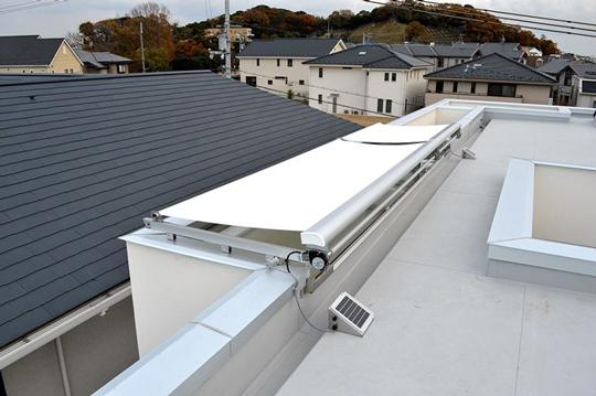 太陽電池仕様の屋外型電動オーニング