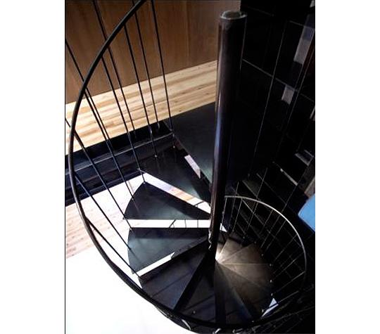 素材そのまま仕上げのスタイリッシュな鉄階段でクールな空間を演出