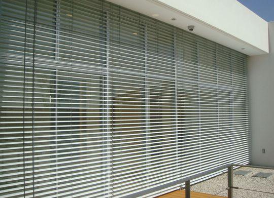 光と風で快適な室内環境を作り出す外付けブラインド『Binable』