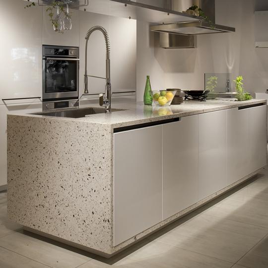 機能と美しさをもたらす天然水晶のキッチンカウンター