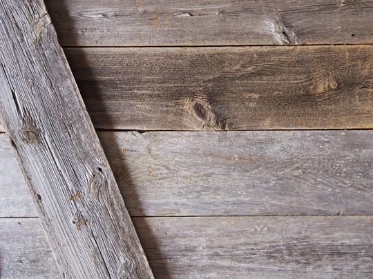 木目の豊かな表情の古材「バーンボード」