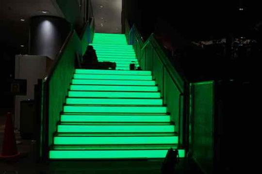 「LED内蔵導光板 ルミシート/ワンシート」で光る階段を実現!