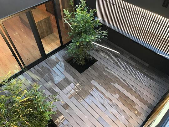 "MINOの人工木材""彩木""が雨に強い理由とは? 製品紹介"