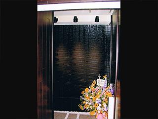 【ウォーターウォール】壁面を流れる水演出