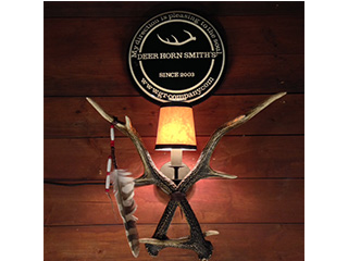 「DEERHORNSMITH'S」の鹿角ブラケットランプ