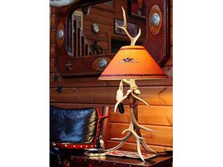 『DEER HORN SMITH'S』テーブルランプ・ワイド(フェザー装飾、ハンドペイント・シェイド)