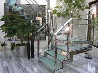 ラウンドリッチ ガラス階段