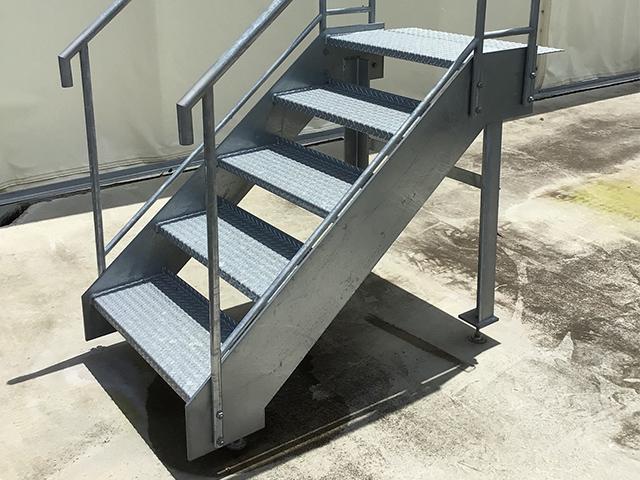 トラックバース階段
