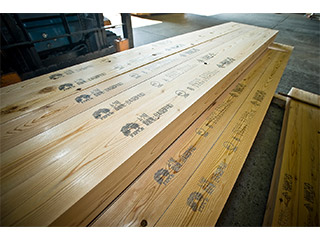 当社は国産材無垢材を扱う工場として、(JAS)Aタイプ工場の認定を受けています。